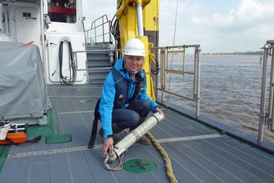 Denise Wenger beim Anbringen der CPODs