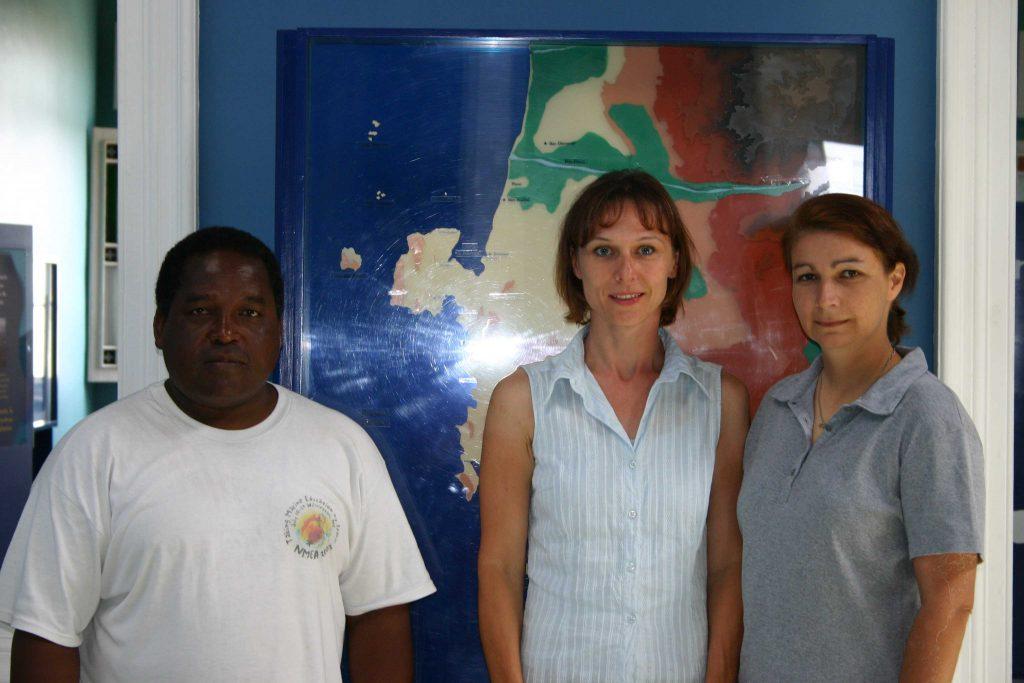 Julio Reyes, Denise Wenger und Monica Echegaray im ACOREMA-Meeresschutzzentrum in Pisco (Paracas) 2005