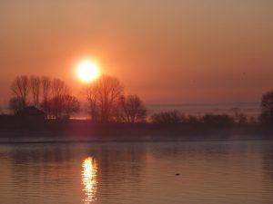 Die Weser am Abend ganz ruhig im Sonnenuntergang