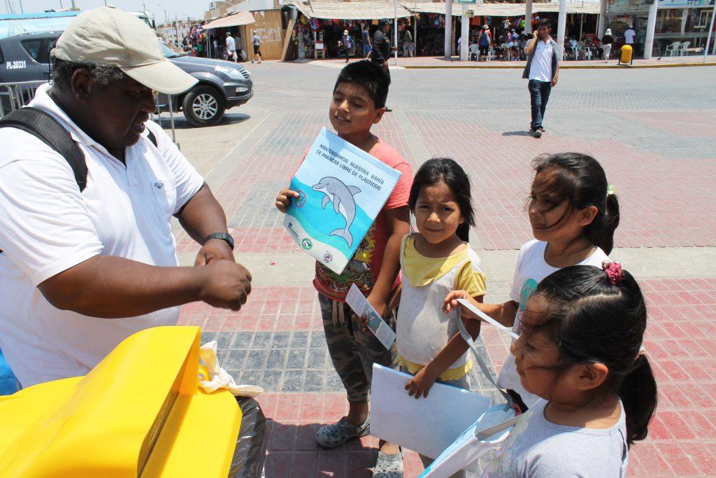 Der Biologe Julio Reyes mit Schulkindern bei einer Aktionen gegen Plastikmüll und für Recycling