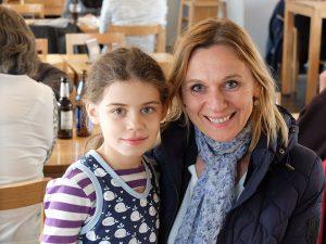Paula - 9 Jahre - Jüngste Unterstützerin von SCHWEINSWALE e.V. . Hier hat sie sich mit unserer Biologin Denise Wenger getroffen, um sich für ein Referat und einen Infostand vorzubereiten.