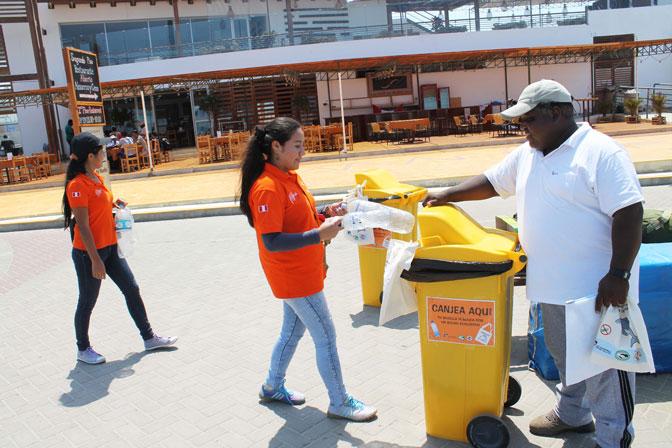 Julio Reyes, ACOREMA, bei Durchführung einer Aktion gegen Plastikmüll, für Recycling, Peru Paracas