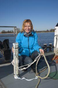 Schweinswal-Forschung in der Weser, Biologin Denise Wenger beim Ausbringen von CPODs in der Weser bei Brake