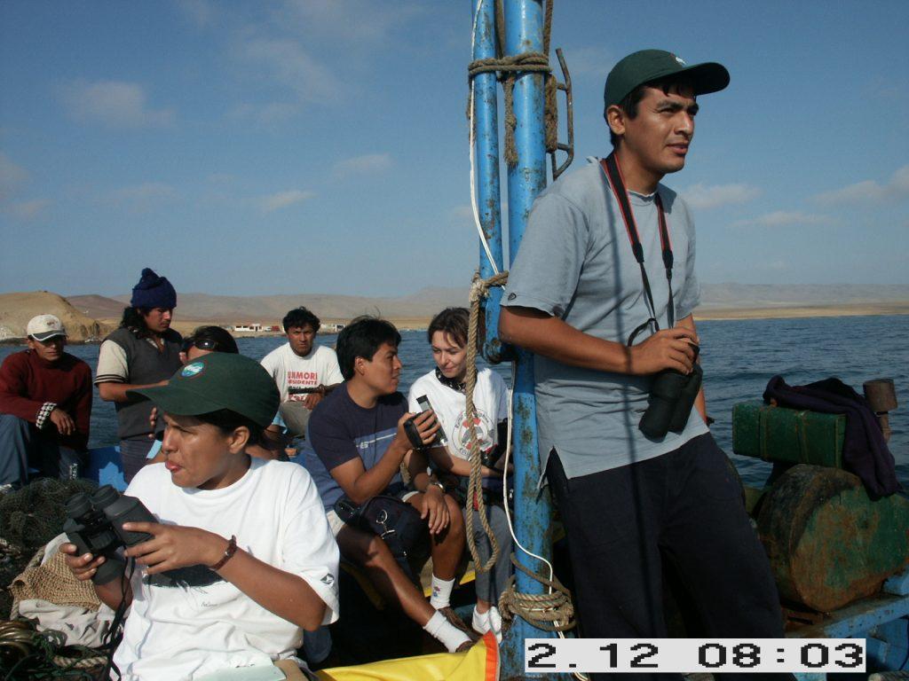 Abenteurliche Bootsausfahrt mit Fischerboot zu den Supay-Delfinen Dezember 2002 Vorne Mitarbeiter von ACOREMA, Mitte Denise Wenger, hinten Fischer