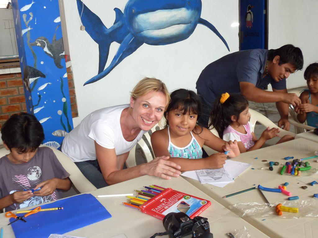 Delfinschutzprojekt Peru Paracas: Biologin Denise Wenger zu Besuch bei ACOREMAs Sommerferienkurs für Fischerkinder in San Andres